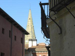 Vista de la aguja de la Iglesia de Palacio en Logroño